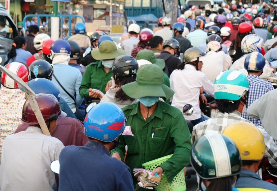 Nhân viên bán vé được huy động xuống đường để phục vụ hành khách nhằm giải toả áp lực trước bến phà.