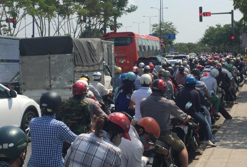 Đại lộ Mai Chí Thọ vốn rộng thênh thang với hàng chục làn xe nhưng sáng nay (2/9) cũng bị kẹt cứng.