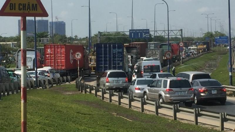 Các hướng đường dẫn về cao tốc HLD trên địa bàn quận 2 kẹt cứng phương tiện.