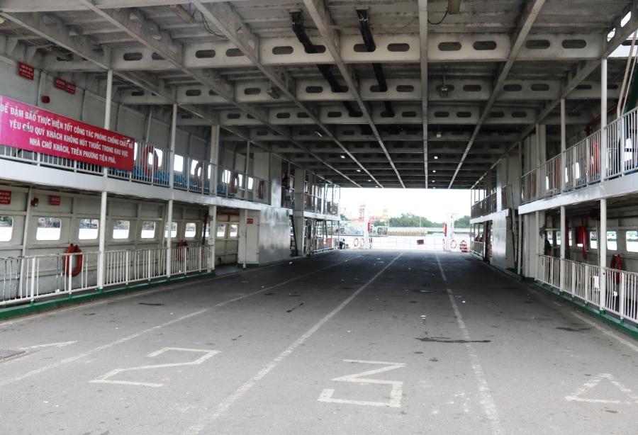 Nhiều chuyến phà sau khi đưa khách sang bờ Đồng Nai đã nhanh chóng quay đầu không tải để về bờ quận 2 giải toả hành khách.