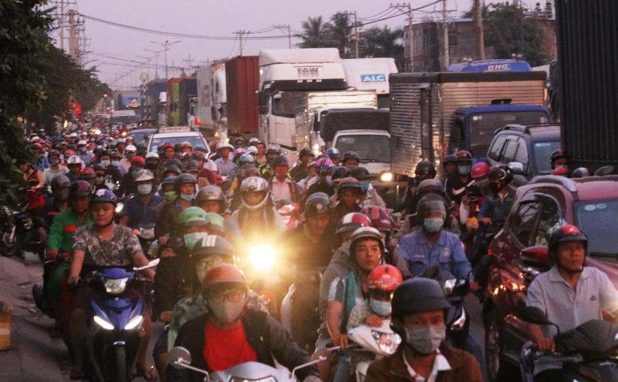 Trước đó chiều tối 1/9, nhiều người cũng đã tranh thủ về quê sớm khiến một số tuyến đường dẫn vào sân bay, bến xe miền Đông, bến phà Cát Lái… bị kẹt cứng.