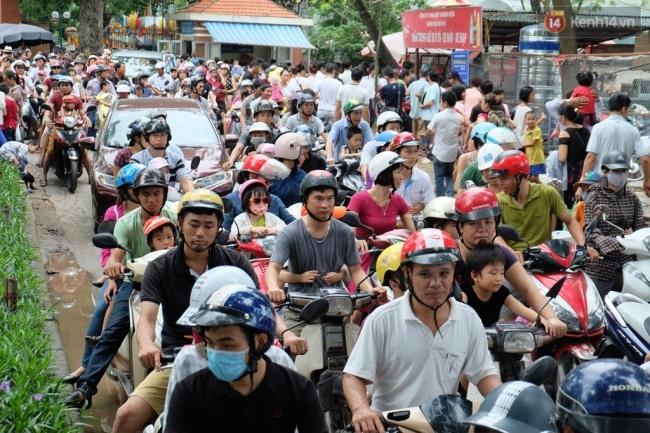 Quốc khánh 2.9: Hàng ngàn người xếp hàng vào lăng viếng Bác, các điểm vui chơi đông nghẹt người - Ảnh 5.