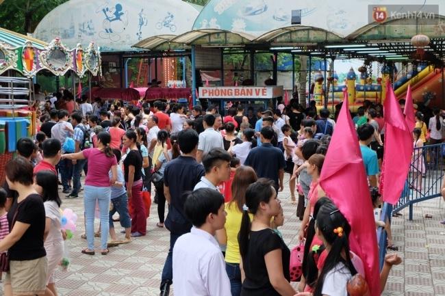 Quốc khánh 2.9: Hàng ngàn người xếp hàng vào lăng viếng Bác, các điểm vui chơi đông nghẹt người - Ảnh 7.