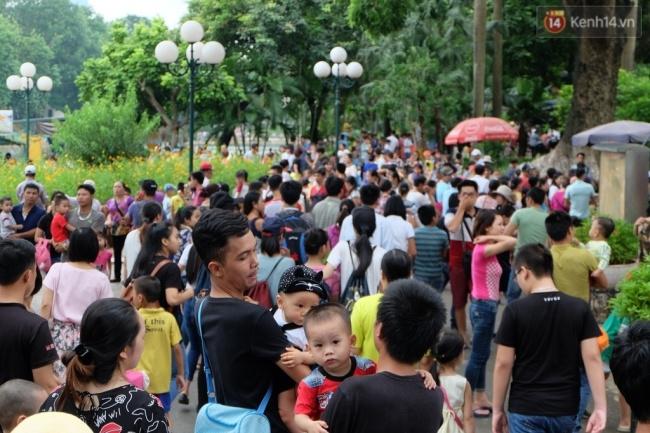 Quốc khánh 2.9: Hàng ngàn người xếp hàng vào lăng viếng Bác, các điểm vui chơi đông nghẹt người - Ảnh 8.