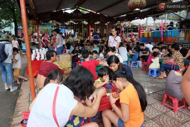Quốc khánh 2.9: Hàng ngàn người xếp hàng vào lăng viếng Bác, các điểm vui chơi đông nghẹt người - Ảnh 9.