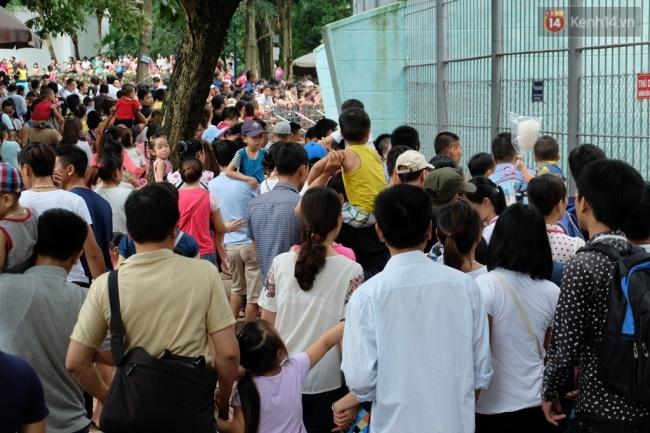 Quốc khánh 2.9: Hàng ngàn người xếp hàng vào lăng viếng Bác, các điểm vui chơi đông nghẹt người - Ảnh 11.