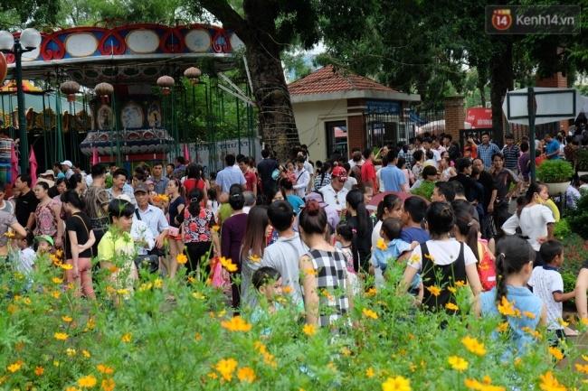 Quốc khánh 2.9: Hàng ngàn người xếp hàng vào lăng viếng Bác, các điểm vui chơi đông nghẹt người - Ảnh 12.