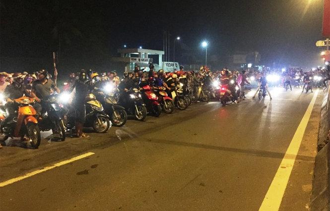 Hàng trăm xe máy chặn quốc lộ 51 làm đường đua