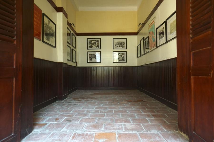 Hai gian buồng đầu của ngôi nhà nay được bố trí làm nơi trưng bày những hình ảnh lịch sử.