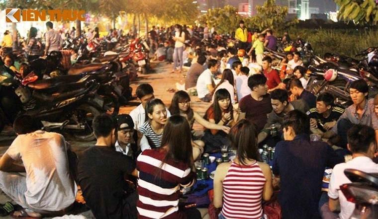 Nguoi dan tap nap do ve TP HCM xem phao hoa mung 2/9