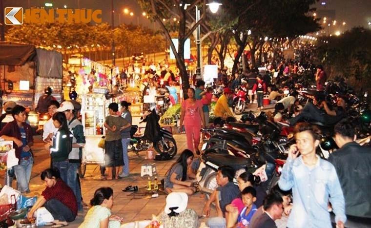 Nguoi dan tap nap do ve TP HCM xem phao hoa mung 2/9-Hinh-2