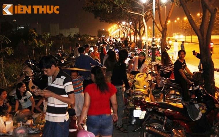 Nguoi dan tap nap do ve TP HCM xem phao hoa mung 2/9-Hinh-3