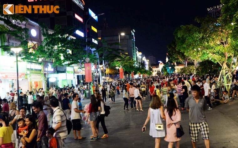 Nguoi dan tap nap do ve TP HCM xem phao hoa mung 2/9-Hinh-4