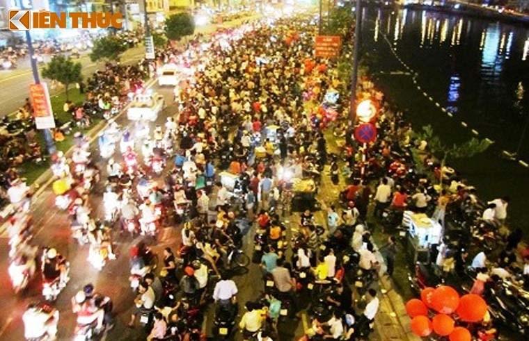 Nguoi dan tap nap do ve TP HCM xem phao hoa mung 2/9-Hinh-5