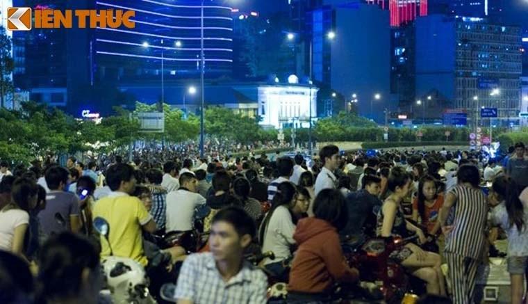 Nguoi dan tap nap do ve TP HCM xem phao hoa mung 2/9-Hinh-6