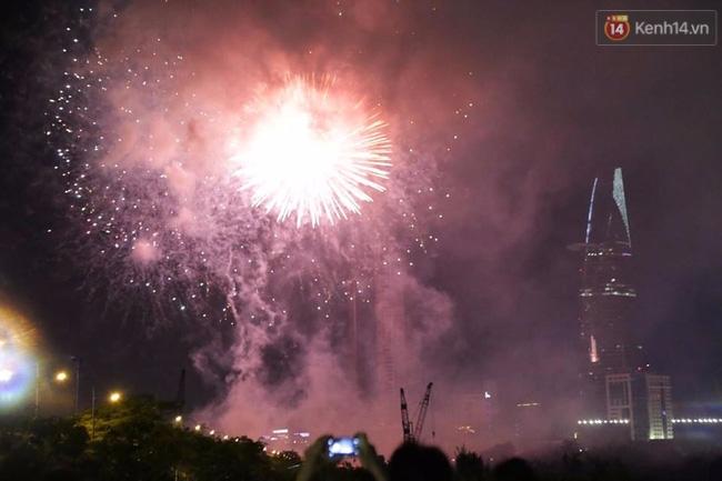 Pháo hoa rực sáng bầu trời Sài Gòn đêm Quốc Khánh - Ảnh 7.
