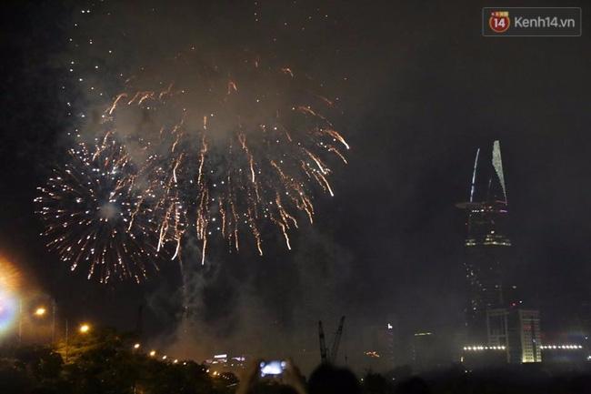 Pháo hoa rực sáng bầu trời Sài Gòn đêm Quốc Khánh - Ảnh 8.