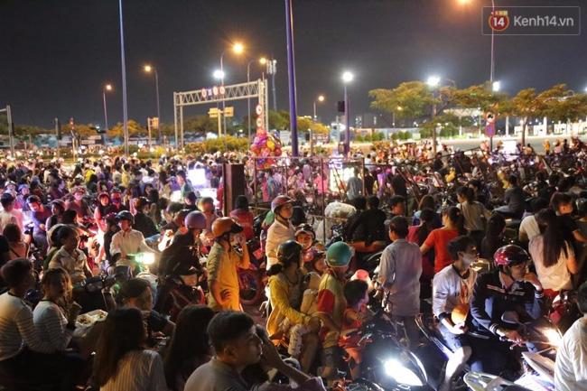 Pháo hoa rực sáng bầu trời Sài Gòn đêm Quốc Khánh - Ảnh 19.
