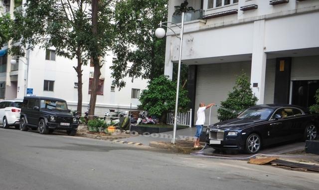 Sáng sớm, khu nhà của doanh nhân Nguyễn Quốc Cường hay còn gọi Cường Đô-la nằm ở đường Phạm Thái Bường, phường Tân Phong, quận 7, đã thu hút giới săn ảnh với cặp đôi Mercedes-Benz G-Class và Rolls Royce Wraith đỗ trước nhà.