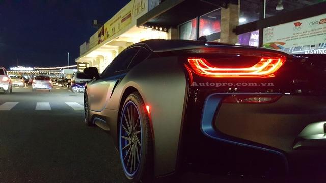 BMW i8 từng tạo nên trào lưu chơi xe thể thao cao cấp tại Việt Nam với khoảng 42 chiếc được đưa về nước. Một số chiếc được thay đổi màu sơn bằng lớp đề-can lạ như vàng xước, cam nhám, cam bóng, đen nhám hay trắng-đen.
