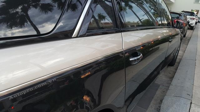 Đường sọc trắng-sữa là điểm khác biệt duy nhất ở ngoại thất của chiếc Maybach 62S Zeppelin này so với chiếc còn lại. Ngoài ra, bên trong khoang lái của chiếc xe siêu sang này còn có lọ nước hoa tùy chọn trị giá gần 5.000 USD.