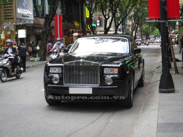 Đối thủ của Maybach 62S là Rolls-Royce Phantom cũng xuất hiện trên phố Sài thành vào ngày lễ Quốc khánh 2/9. Khu vực chiếc xe siêu sang Anh Quốc đỗ chỉ cách chiếc Ferrari 488 GTB của anh em Phan Thành vài bước chân.
