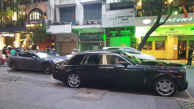 Rolls-Royce Phantom và chiếc coupe 4 cửa Porsche Panamera.