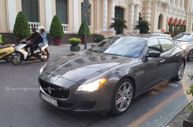 18h chiều, chiếc Maserati Quattroporte màu xám ghi thuộc sở hữu của đại gia Phạm Trần Nhật Minh hay còn gọi Minh Nhựa lặng lẽ xuất hiện trên con đường Lê Thánh Tôn gần Trụ sở Ủy ban Nhân dân TP.HCM.