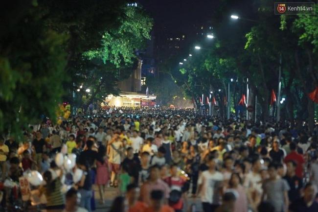 Cảnh tượng đông đúc choáng ngợp ở phố đi bộ Hà Nội trong đêm 2/9 - Ảnh 1.