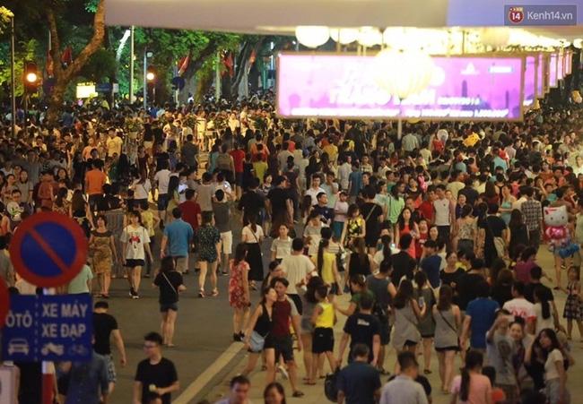Cảnh tượng đông đúc choáng ngợp ở phố đi bộ Hà Nội trong đêm 2/9 - Ảnh 2.