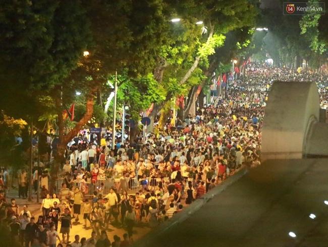 Cảnh tượng đông đúc choáng ngợp ở phố đi bộ Hà Nội trong đêm 2/9 - Ảnh 3.