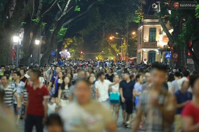 Cảnh tượng đông đúc choáng ngợp ở phố đi bộ Hà Nội trong đêm 2/9 - Ảnh 4.