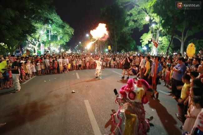 Cảnh tượng đông đúc choáng ngợp ở phố đi bộ Hà Nội trong đêm 2/9 - Ảnh 6.