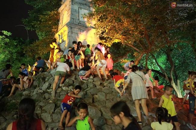 Cảnh tượng đông đúc choáng ngợp ở phố đi bộ Hà Nội trong đêm 2/9 - Ảnh 7.