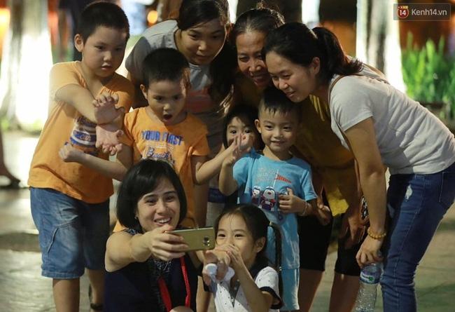 Cảnh tượng đông đúc choáng ngợp ở phố đi bộ Hà Nội trong đêm 2/9 - Ảnh 8.