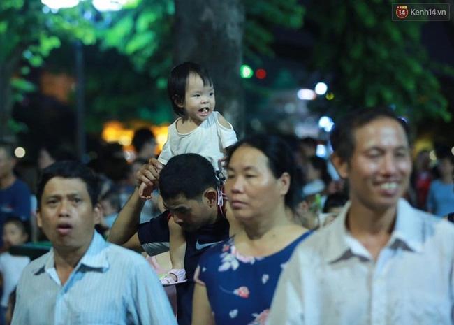 Cảnh tượng đông đúc choáng ngợp ở phố đi bộ Hà Nội trong đêm 2/9 - Ảnh 9.