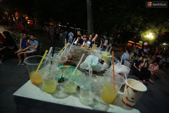 Cảnh tượng đông đúc choáng ngợp ở phố đi bộ Hà Nội trong đêm 2/9 - Ảnh 10.