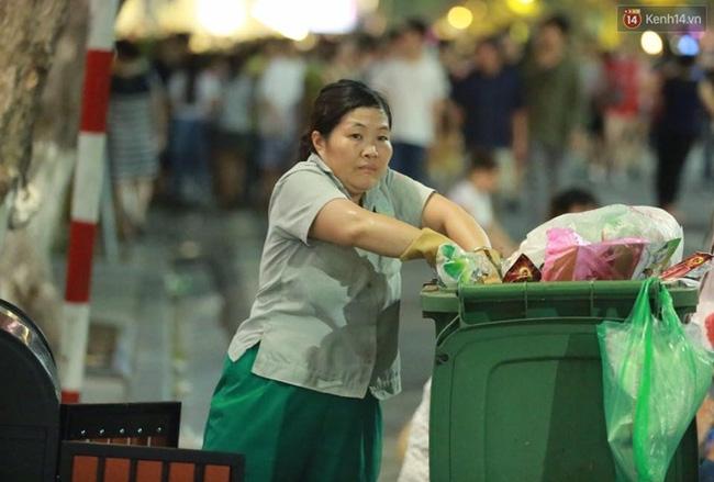 Cảnh tượng đông đúc choáng ngợp ở phố đi bộ Hà Nội trong đêm 2/9 - Ảnh 11.