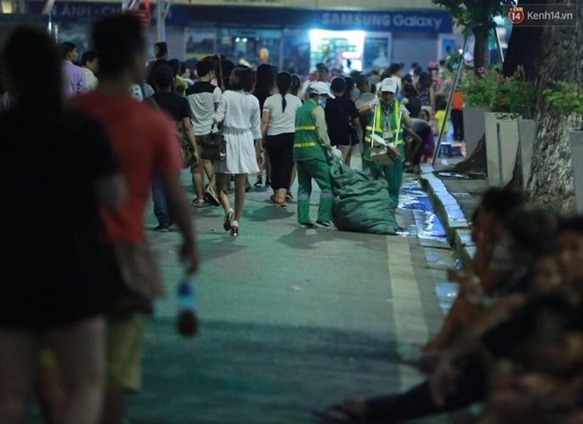 Cảnh tượng đông đúc choáng ngợp ở phố đi bộ Hà Nội trong đêm 2/9 - Ảnh 12.