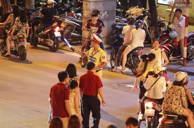 Cảnh tượng đông đúc choáng ngợp ở phố đi bộ Hà Nội trong đêm 2/9 - Ảnh 13.