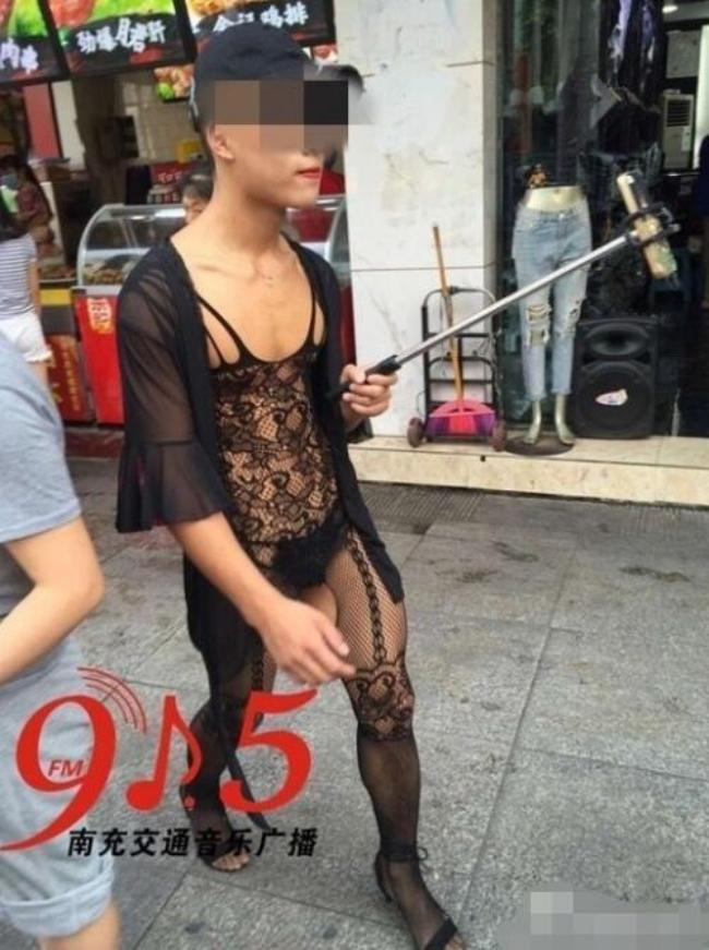 Trung Quốc: Chàng trai trẻ mặc cây ren mỏng tang vừa đi giữa phố vừa chụp ảnh tự sướng - Ảnh 1.