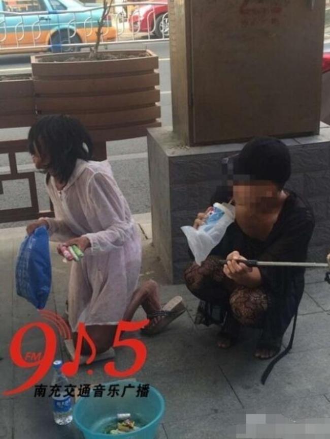 Trung Quốc: Chàng trai trẻ mặc cây ren mỏng tang vừa đi giữa phố vừa chụp ảnh tự sướng - Ảnh 2.