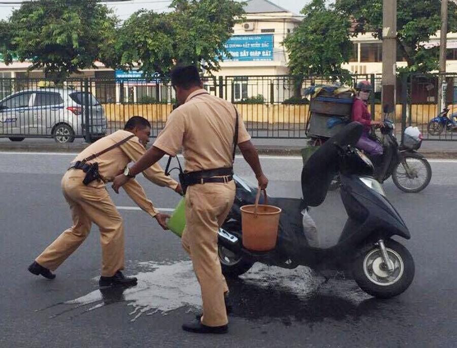 Chiếc xe máy may mắn được các chiến sĩ CSGT cứu sống.