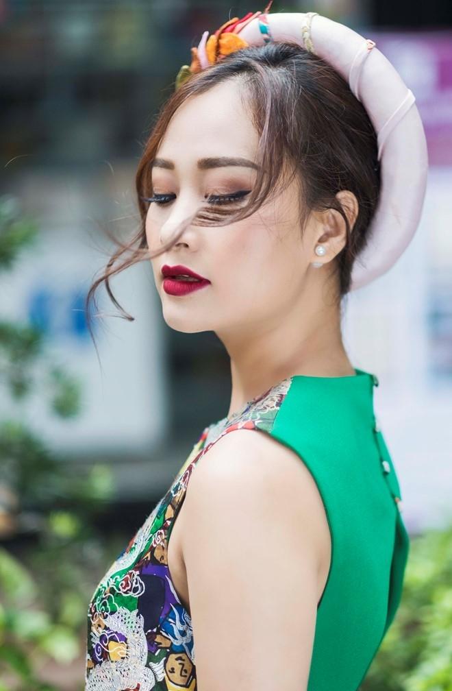 Ha Thuy Anh duyen dang voi ao dai gam hinh anh 4