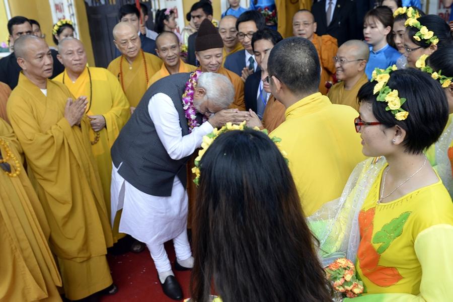 Khi về Thủ tướng Modi nắm tay và cúi gập người chào nhà sư trụ trì theo nghi thức Phật giáo