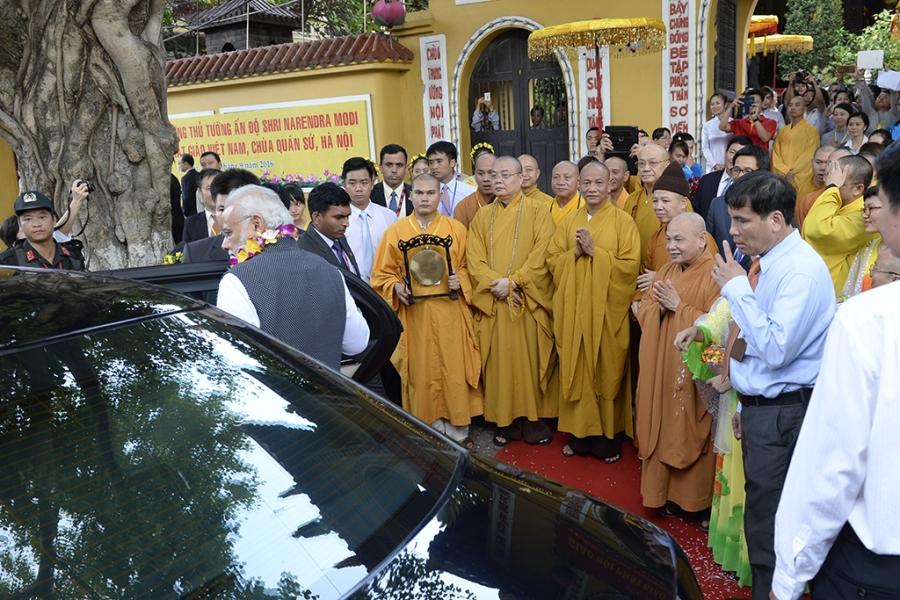 Rất đông Phật tử đứng kín hai bên đường chỗ cổng chùa tiễnThủ tướng Modi