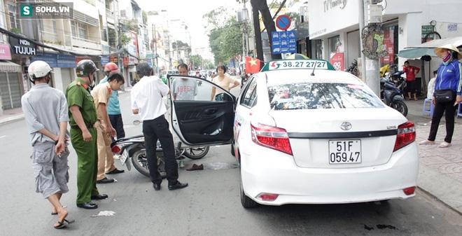 Va chạm với xe taxi, cô gái trẻ đứt gân chân gào thét giữa đường
