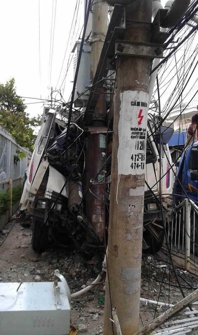 Đầu xe tải bẹp dúm sau vụ tai nạn