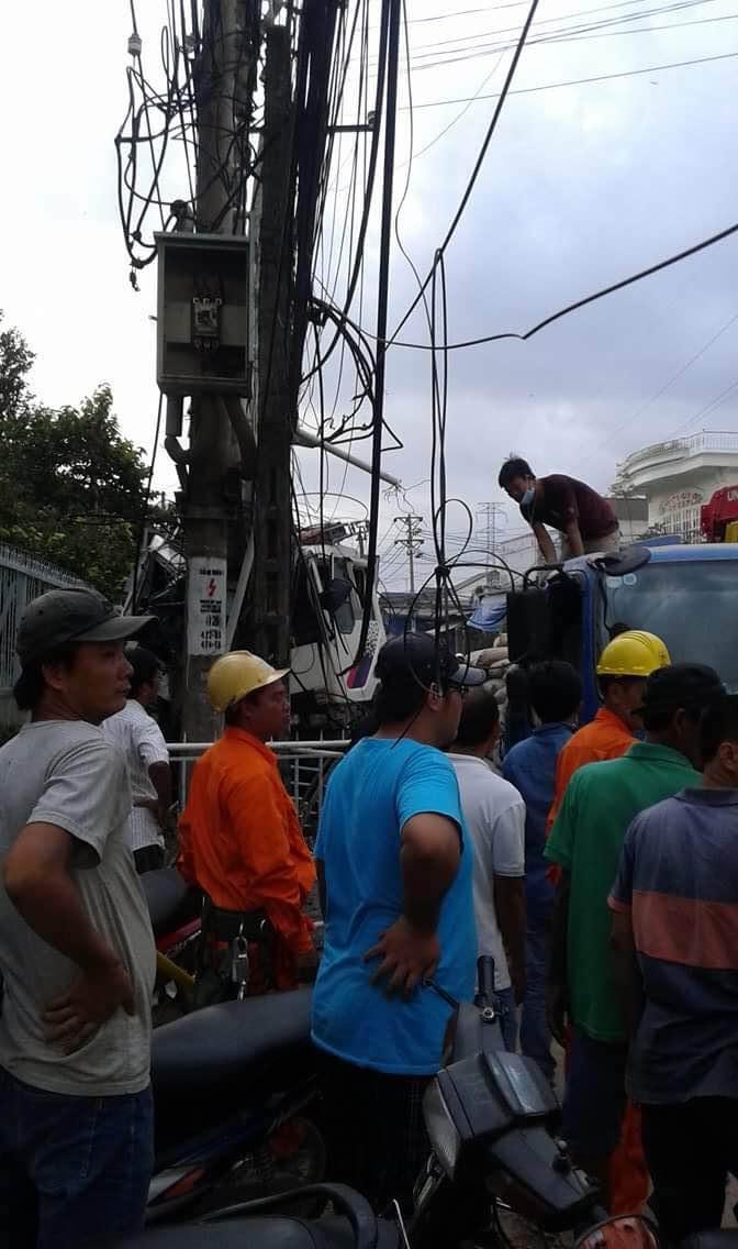 Người dân hiếu kỳ ra xem vụ tai nạn