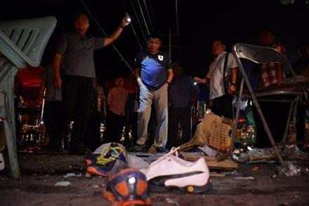 Tổng thống Rodrigo Duterte tại hiện trường vụ đánh bom ở Davao. Ảnh: Reuters